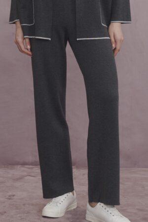 kobieta ubrana w grafirowe, lejące spodnie zrobione z miękkiego materiału