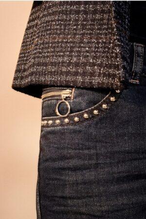 stylizacja modnych jeansów z nitami w kolorze czarnym z marynarką w kratę