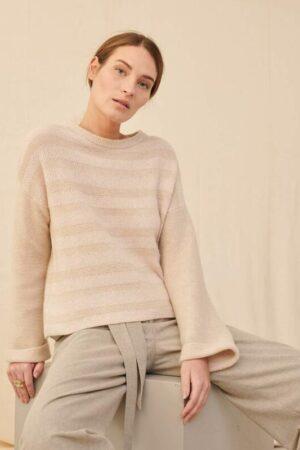 dziewczyna ubrana w sweter z kaszmiru marki Purotatto