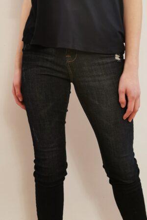 jeansy z małymi przetarciami w kolorze granatowym