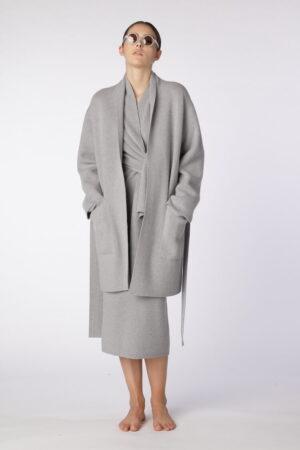 dziewczyna w szarym, krótkim płaszczu z kaszmiru z bawełną