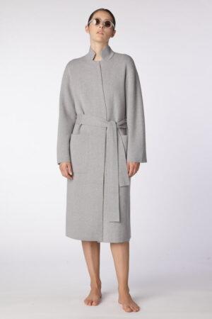 dziewczyna w szarym, szlafrokowym płaszczu z kaszmiru i bawełny