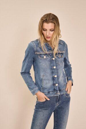 dziewczyna w jeansowej, dopasowanej kurtce