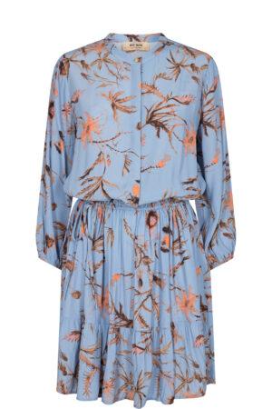 niebieska sukienka we wzór kwiatowy